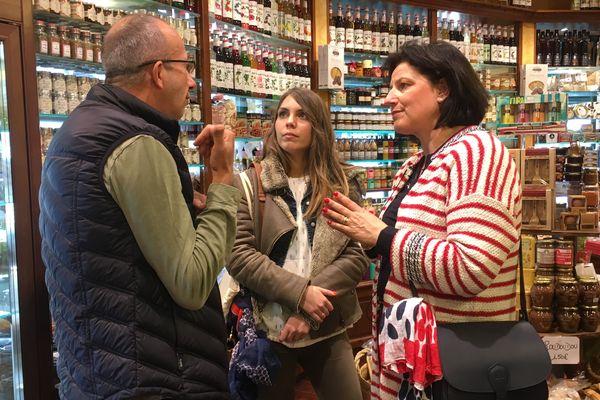 Amandine Billy et Marie Jolly avec un commerçant indépendant de Blois