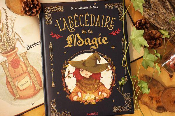 """L'Abécédaire de la magie est plus qu'un livre : c'est un """"bel objet"""" dont la couverture est dorée et molletonnée."""