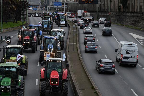 """Les tracteurs des agriculteurs mobilisés pour exprimer leur """"ras-le-bol"""", sur le périphérique à Paris."""