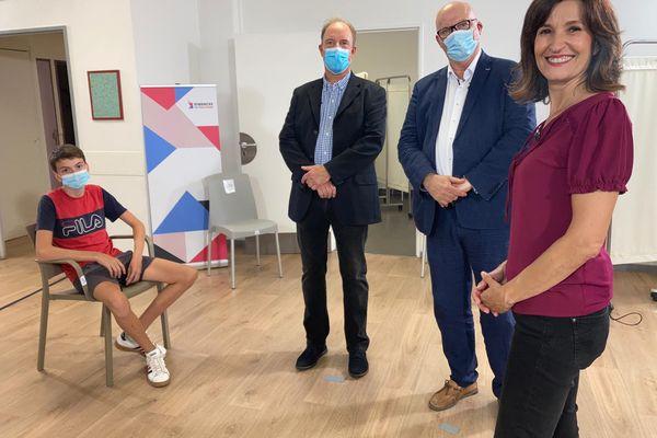 Anne-Sophie Mandrou au service vaccination de l'hôpital de proximité de Le Vigan (Gard) avec Emmanuel Vigneron (géographe) et Antoine Brun D'Arre (médecin) pour l'émission Dimanche en politique Occitanie diffusée le 12 septembre 2021.