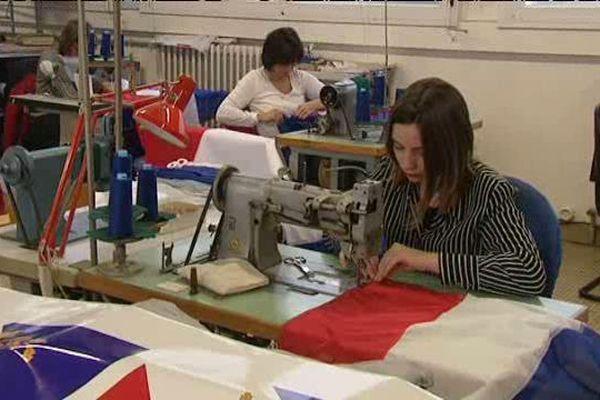 Les couturières produisent 100 à 150 drapeaux par jour pour honorer les commandes.