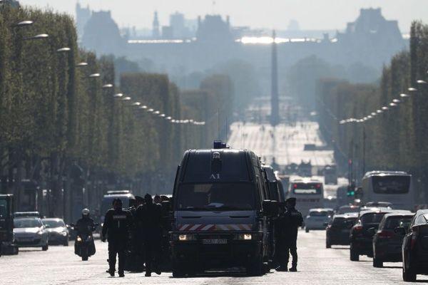 Des forces de l'ordre positionnées le 6 avril 2019 sur les Champs-Elysées, jour de la 21e journée de mobilisation des gilets jaunes.