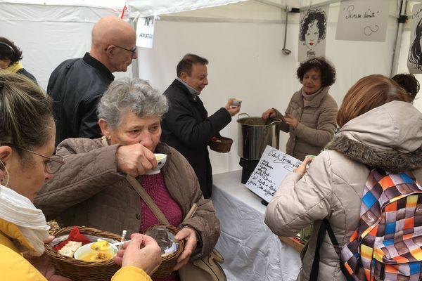 Le stand de Marie Leca, participante au concours de la meilleure soupe de Sasnières.