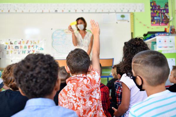 Des élèves de CP et leur institutrices, masqués, dans une école le 2 septembre 2021.
