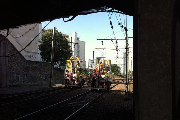 Les équipes de la SNCF ont débuté les travaux pour remettre en état les voies desservant l'Ouest depuis Tours.