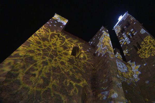 """Pour Noël, l'église de Prades est illuminée par l'entreprise Kéroscène, qui utilise la technique du """"mapping""""."""