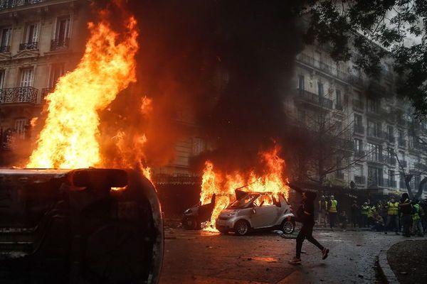 Scènes de guérilla urbaine à Paris ce 1er décembre 2018