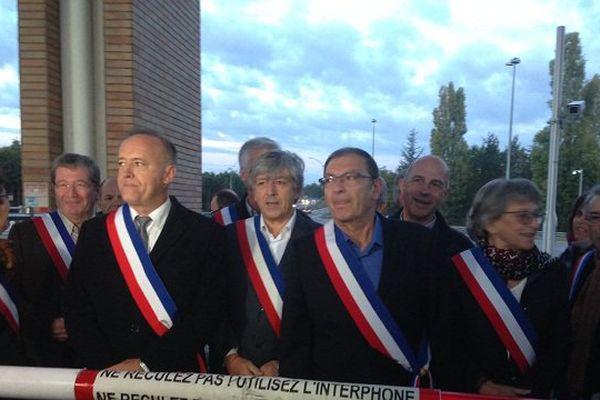 """Les élus du nord-est toulousain pendant leur opération """"péage gratuit""""."""