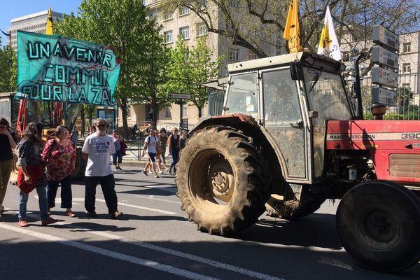 Des tracteurs en soutien aux zadistes en fin de cortège à Rennes