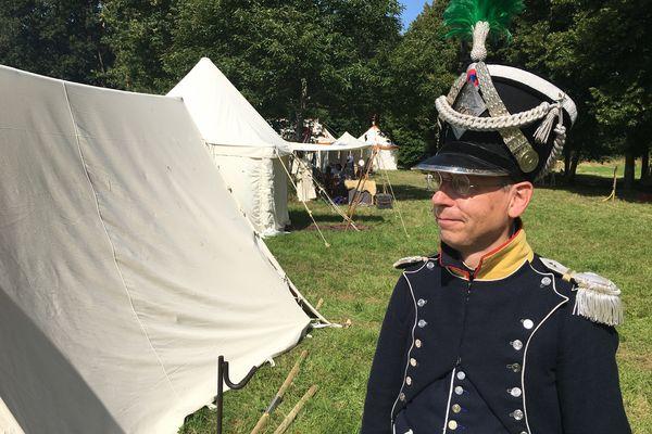 Un soldat de l'Empire au temps de Napoléon dans le parc du château du Plessis-Bourré à l'occasion des reconstitutions des 17 et 18 juillet 2021.
