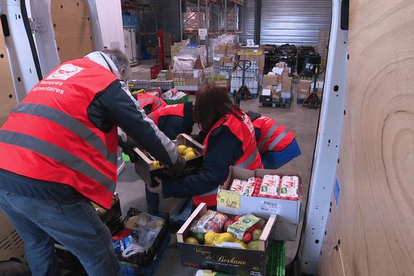 Des bénévoles de la Banque Alimentaire rassemblent la collecte 2019 au dépôt de Longueau (80).