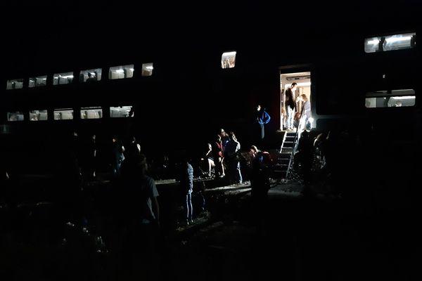 """Le """"sauvetage"""" des passagers s'est déroulé en pleine nuit, après plusieurs heures d'attente dans la Vienne."""