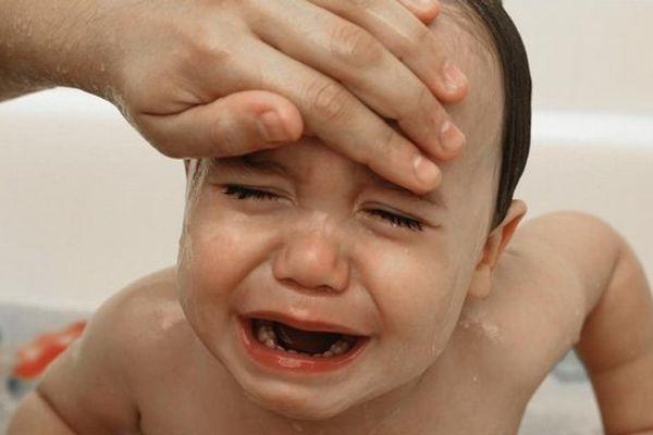 Une forte fièvre fait partie des symptômes qui doivent alerter en cas de de méningite à méningocoque.
