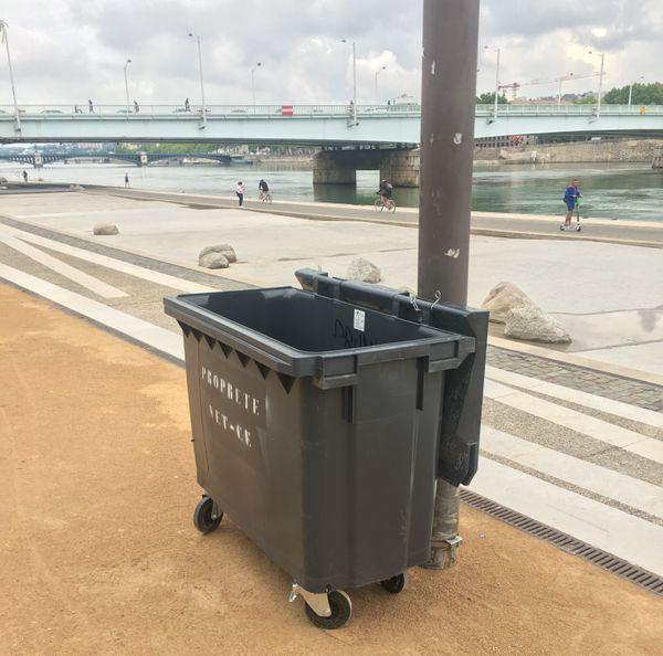 De nouveaux bacs poubelles ont été mis à disposition sur les berges du Rhône par la Métropole de Lyon. 4 juin 2020.