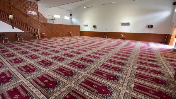Dans la salle de prière de la mosquée de Baleone, des masques et du gel hydroalcoolique sont mis à disposition et et seul un emplacement sur deux est utilisé.