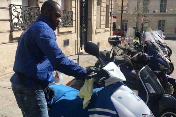 Une opération de désinfection d'un scooter Cityscoot, à Paris, le 1er avril 2020.