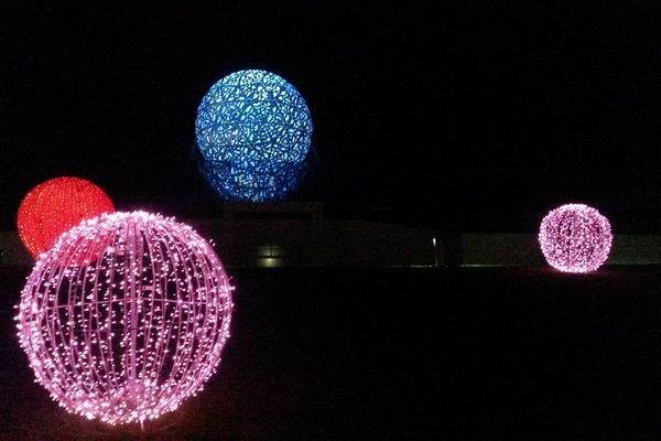 La géode (en bleu) du Futuroscope, illuminée pour Noël.