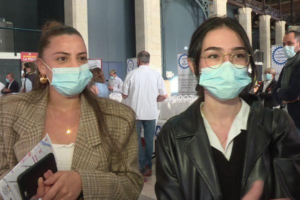 Andréa et Anaël, étudiantes en première année de graphisme à Blois, venues chercher des repas préparés par les apprentis du CFA