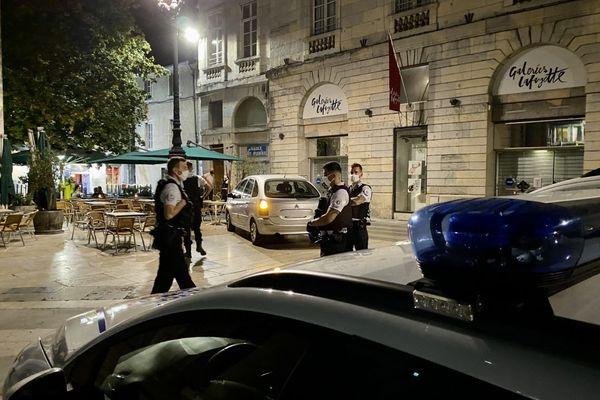 L'homme en voiture a foncé à faible allure heureusement sur la terrasse d'un café du centre-ville de Besançon.