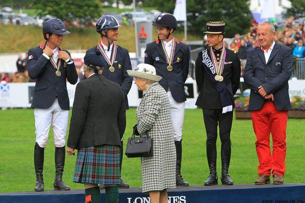 Mathieu Lemoine et l'équipe de France de concours complet sur le podium des championnats d'Europe de Blair Castle, congratulés par Elizabeth II.