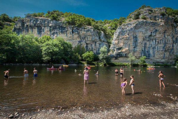 A Gluges, sur la commune de Martel, dans le Lot, la baignade dans la Dordogne est surveillée tous les après-midi en juillet et août.