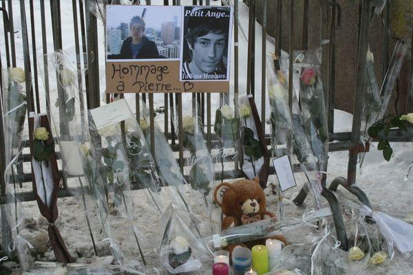 Sur le lieu du meurtre, l'hommage des lycéens et des Belfortains.
