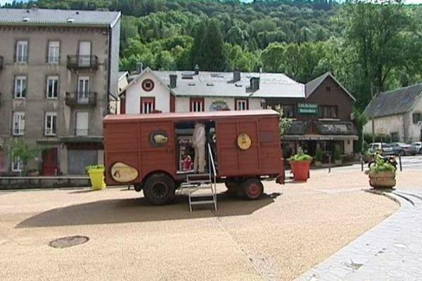 """Le """"wagon de Dali"""" s'est installé au centre du Mont-Dore pour quelques semaines."""