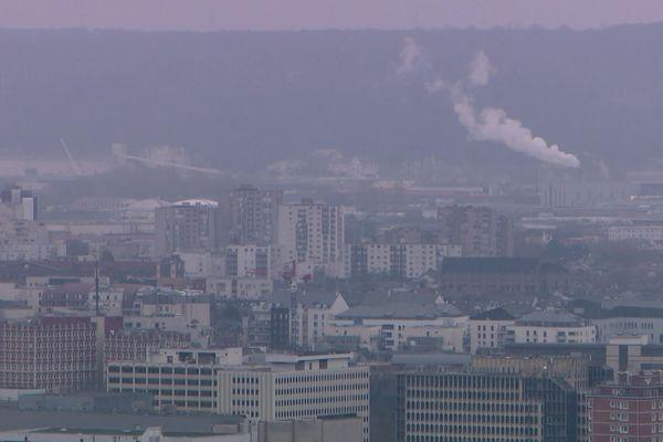 Ciel de l'agglomération de Rouen et fumées des usines