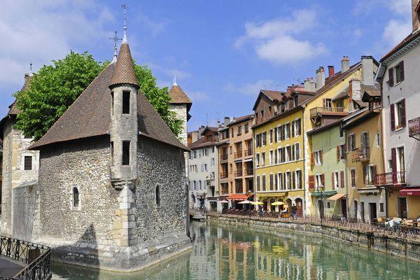 Vue d'Annecy : le Palais de l'Isle au bord de la rivière Thiou