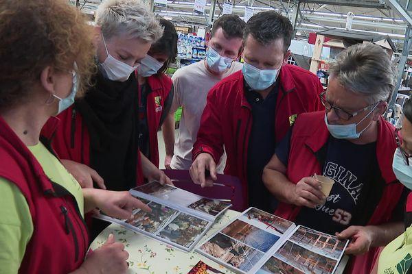 Salariés du Jardin des Plantes à Voglans autour de l'album souvenir de l'entreprise
