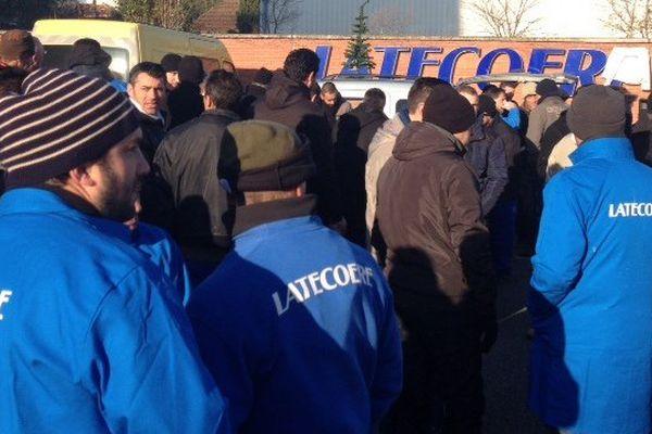 Un rassemblement de grévistes devant l'entreprise en décembre 2015 lors de la 1ère grève chez Latécoère depuis 43 ans