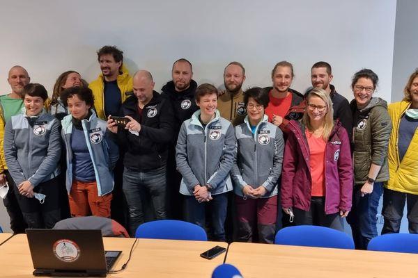 Voici les 15 volontaires qui vont passer 40 jours ensemble, enfermés dans une grotte en Ariège pour une expérience scientifique.