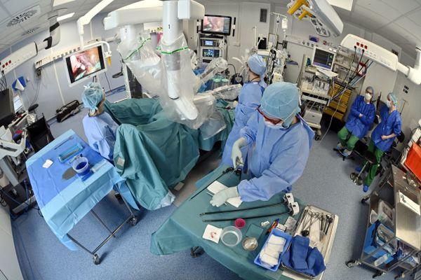 """Les chirurgiens ont désormais la possibilité d'avoir recours à des outils """"personnalisés"""" en fonction de chaque patient. Medintown les conçoit et les imprime en 3D. Bientôt, les hôpitaux pourront même le faire eux-mêmes dans leur propre micro-usine"""