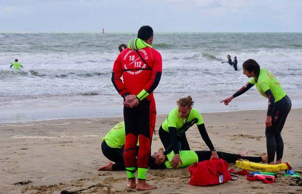 Toute la journée, les nageurs-sauveteurs répètent méthodiquement des exercices de secourisme appelés « cas concrets » afin d'être prêts à intervenir dans les meilleures conditions cet été.