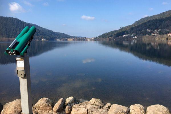 L'eau calme du lac de Gérardmer dimanche 7 mars.