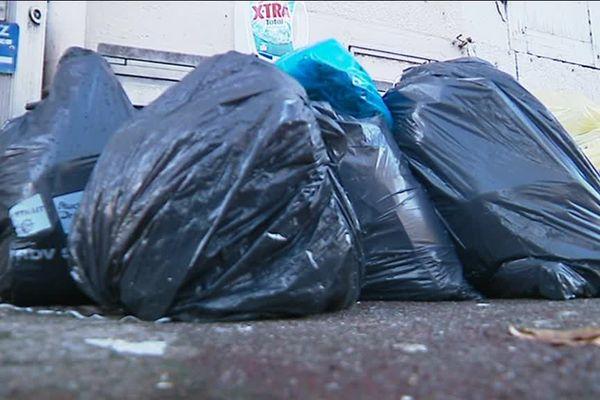 Des sacs poubelles étaient encore visibles ça et là après le passage des agents réquisitionnés par la mairie.