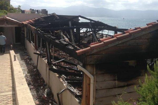 30/06/14 - Le restaurant Altru Versu entièrement détruit par un incendie cette nuit à Ajaccio