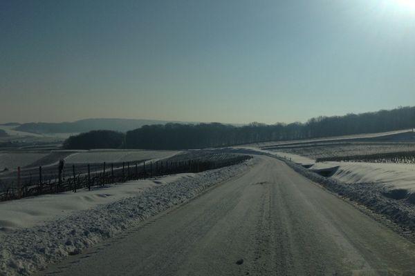 Les routes enneigées de la montagne de Reims, début de matinée
