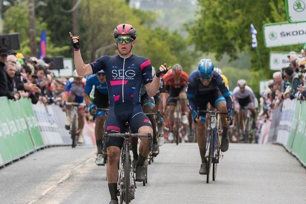 La joie d'Alberto Dainese après sa victoire au sprint à Quimper