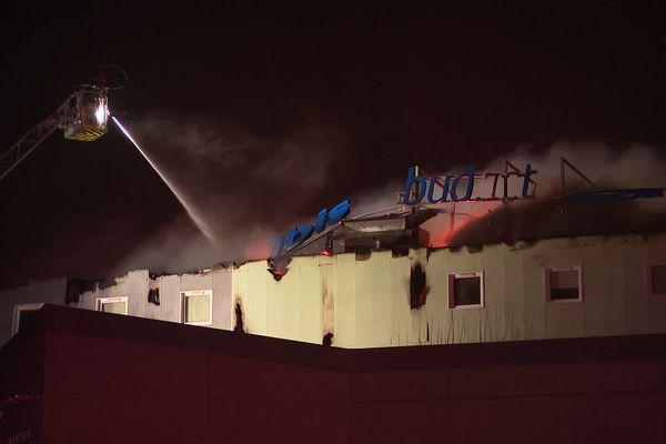 Un incendie a ravagé l'hôtel Ibis de la zone artisanale de la Roche à Epinal. Le feu aurait pris sous le toit de l'établissement.