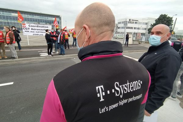 Ce jeudi matin les salariés de T-Systems, sous-traitant d'Airbus, ont manifesté et distribué des tracts devant l'entrée d'Airbus à St-Martin du Touch.