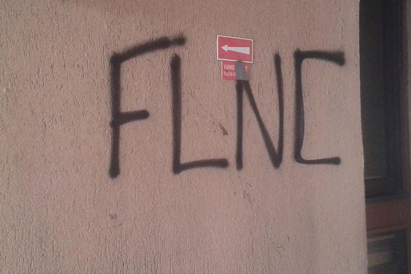 Illustration- Des inscriptions telles que celle-ci avaient fait leur apparition sur le mur de la résidence du couple à Folelli