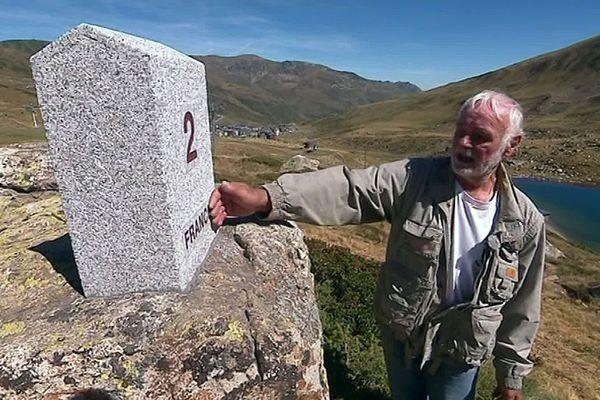 Porta (Pyrénées-Orientales) - le maire devant l'une des nouvelles bornes frontière avec Andorre, côté français - septembre 2019.