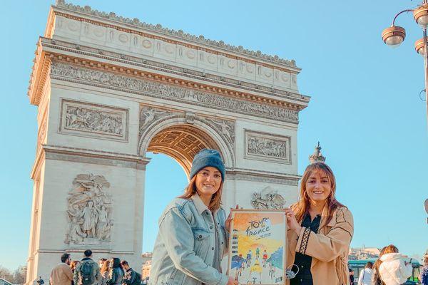 Anne et Lucille au pied de l'Arc de Triomphe avec leur affiche choisie pour le Tour de France 2021 : leur victoire à elles !