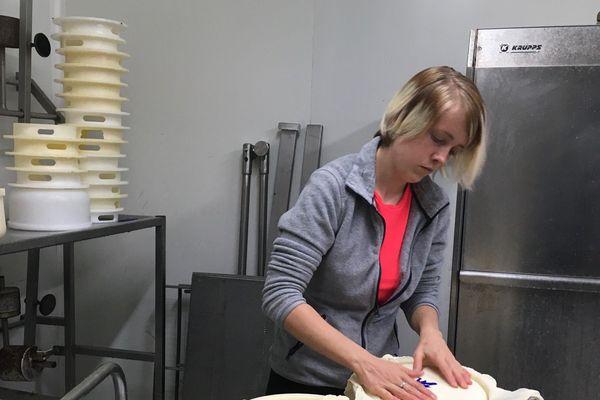 Marie-Claire Hondagneu en pleine préparation de fromages
