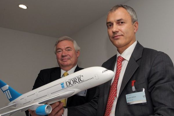 Le chef des ventes d'Airbus John Leahy (à gauche) avec le patron de Doric Mark Lapidus, lors de la signature du contrat au Bourget