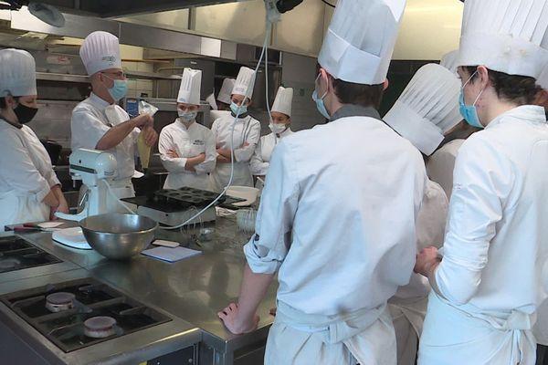 Les élèves en cours de pâtisserie. Aujourd'hui, on fait des babas au rhum !