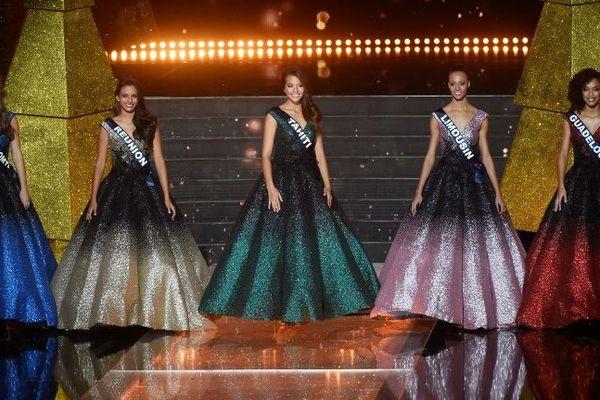 Les 5 finalistes du concours Miss France 2019 : Miss Franche-Comté (à gauche sur l'image) devient deuxième dauphine, Miss Tahiti (au centre de l'image) est sacrée Miss France