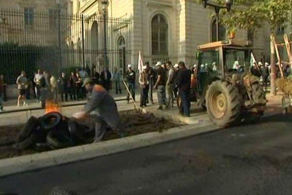 Pneus enflammés devant la préfecture du Gard à Nîmes le 24 octobre 2012.
