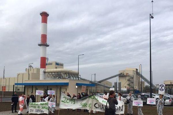 L'association «stop -Knauf» poursuit sa mobilisation avec des pancartes et des poteaux plantés autour du site le jour de l'inauguration.